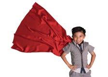 Het vliegen superhero in studio, Kind beweert superhero, Super heldenjong geitje, Succes, Creatief en verbeeldingsconcept te zijn stock afbeeldingen