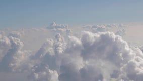 Het vliegen tussen wolken stock video