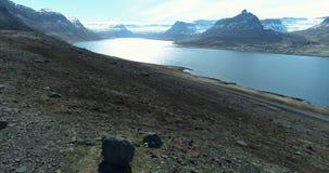 Het vliegen uit over mooie fjord in IJsland stock footage