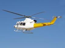 Het vliegen van de helikopter Stock Foto