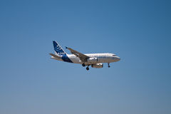 Het vliegen van de luchtbus A318 kant royalty-vrije stock foto's
