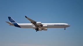 Het vliegen van de luchtbus A340-600 kant stock fotografie