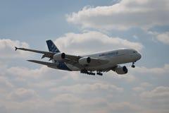 Het vliegen van de luchtbus A380 stock afbeeldingen