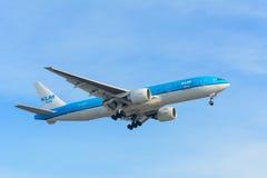 Het vliegen van de Luchtvaartlijnen ph-BQM Azië Boeing 777-200 van Vliegtuigklm Royal Dutch landt bij Schiphol luchthaven Stock Afbeeldingen