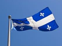 Het Vliegen van de Vlag van Quebec Royalty-vrije Stock Afbeeldingen