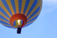Het vliegen van een mooie ballon in het blauwe hemelclose-up royalty-vrije stock afbeeldingen