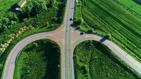Het vliegen verticaal boven auto's het drijven op weg 4K Antenne vanaf bovenkant van autovoertuig het drijven bij de kruising van stock footage