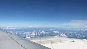 Het vliegen vlucht buiten venster bewolkte blauwe hemel stock footage