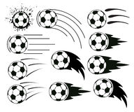 Het vliegen voetbal en voetbalballen Stock Fotografie