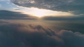 Het vliegen vooruit over zware grijze donkere wolken bij zonsopgang stock footage