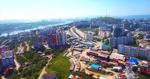 Het vliegen zijdelings boven het woondistrict van Vladivostok Lucht Mening Rusland stock video