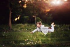 Het vliegende kind Royalty-vrije Stock Foto