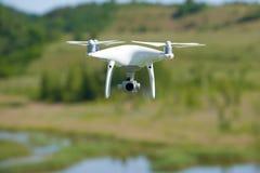 Het vliegende quadrocopter Spook 4 pro` volledig-gezicht van ` royalty-vrije stock afbeeldingen