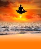Het vliegende silhouet van de Yoga Stock Afbeeldingen