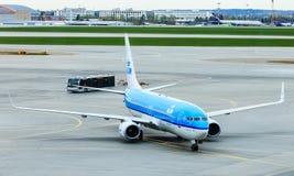 Het vliegtuig Air France-KLM in het parkeren lotat de luchthaven Stock Afbeeldingen