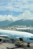 Het vliegtuig in bezige de Luchthaven van Hongkong handhaaft binnen Stock Afbeeldingen