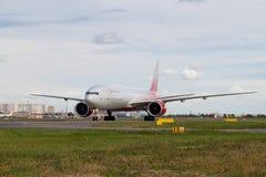 Het vliegtuig bij de luchthaven beweegt zich Boeing 777-300 luchtvaartlijnen Rusland Ambtenaar die in Pulkovo 15 Augustus, 2018,  stock afbeeldingen