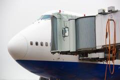 Het vliegtuig bij de passagiers van de luchthavenlading royalty-vrije stock foto