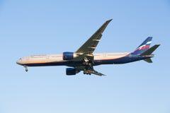 Het vliegtuig boing-777-300ER van luchtvaartlijn Aeroflot vermindert alvorens bij de Sheremetyevo luchthaven te landen Royalty-vrije Stock Foto's