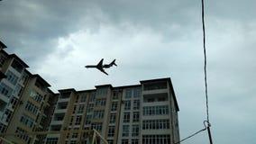 Het vliegtuig boven de stad Stock Fotografie