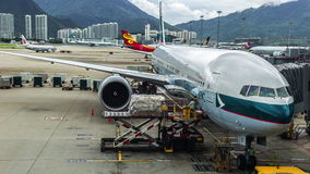 Het vliegtuig Cathay Pacific treft voorbereidingen om bagage in Hong Kong Airport te laden stock video