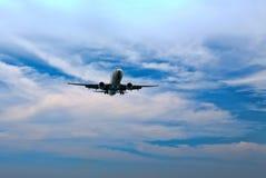 Het vliegtuig dat van de passagier in de blauwe hemel vliegt Stock Foto