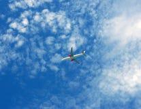 Het vliegtuig dat van de passagier op hemelachtergrond vliegt Royalty-vrije Stock Afbeelding
