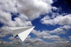 Het vliegtuig dat van het document in blauwe hemelen vliegt Royalty-vrije Stock Afbeeldingen