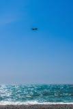 Het vliegtuig in de blauwe hemel Stock Afbeeldingen