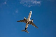 Het vliegtuig in de heldere blauwe hemel zonder wolken royalty-vrije stock foto's