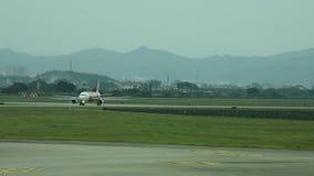 Het vliegtuig die op baan landen gaat naar post voor verzendt en recive passagiers stock video