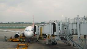 Het vliegtuig die van Airasialuchtvaartlijnen timelapse taxi?en stock videobeelden
