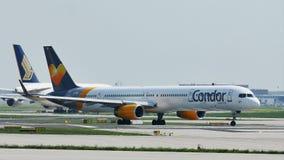 Het vliegtuig die van condorluchtvaartlijnen in de Luchthaven van Frankfurt, FRA taxi?en