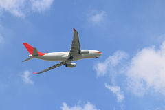Het vliegtuig die van de handelslucht in de hemel vliegen Royalty-vrije Stock Foto's