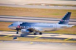 Het vliegtuig die van de Luchtvaartlijnen van de geest op luchthaventarmac taxi?en royalty-vrije stock afbeelding