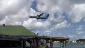 Het Vliegtuig die van luchtcaraibes ATR 72 bij groot-Gevalluchthaven op Saint Martin landen stock video