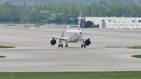 Het vliegtuig die van Portugal van de kraanlucht taxi in de Luchthaven van München, MUC doen stock footage