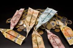 Het vliegtuig en de muntstukken van het geld Royalty-vrije Stock Afbeeldingen