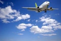 Het vliegtuig en de wolken van de lucht Stock Fotografie
