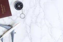Het vliegtuig en het kompas van de vliegtuigreis op luxemarmer Royalty-vrije Stock Afbeelding