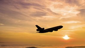 Het vliegtuig gaat bij zonsopgang van start stock video
