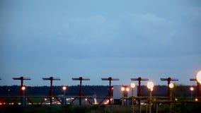Het vliegtuig gaat boven over stock video
