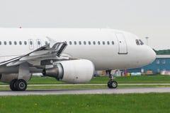 Het vliegtuig gaat op de baan van start alvorens op een reis te vertrekken royalty-vrije stock foto