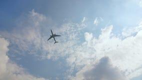 Het vliegtuig gaat tegen een blauwe wolkenloze hemel van start stock footage