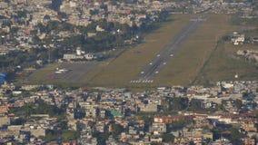 Het vliegtuig gaat van de Luchthaven van start stock video