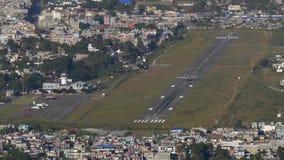 Het vliegtuig gaat van de Luchthaven van start stock videobeelden
