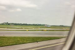 Het vliegtuig gaat van start stock fotografie