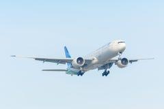 Het vliegtuig Garuda Indonesia pk-GIC Boeing 777-300 landt bij Schiphol luchthaven Stock Fotografie