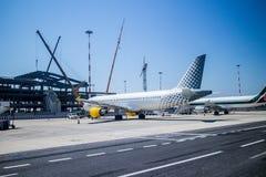 Het vliegtuig is geparkeerde, ladende bagage in vliegtuigen Stock Afbeelding