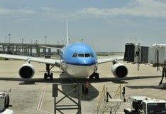 Het vliegtuig komt aan royalty-vrije stock afbeeldingen